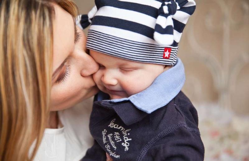小孩睡醒了就哭是怎么回事宝宝吃奶就睡觉的原因